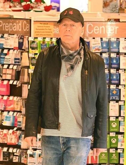 Bruce Willis không đeo khẩu trang khi đến một cửa hàng thuốc ở Los Angeles. Ảnh: Backgrid.