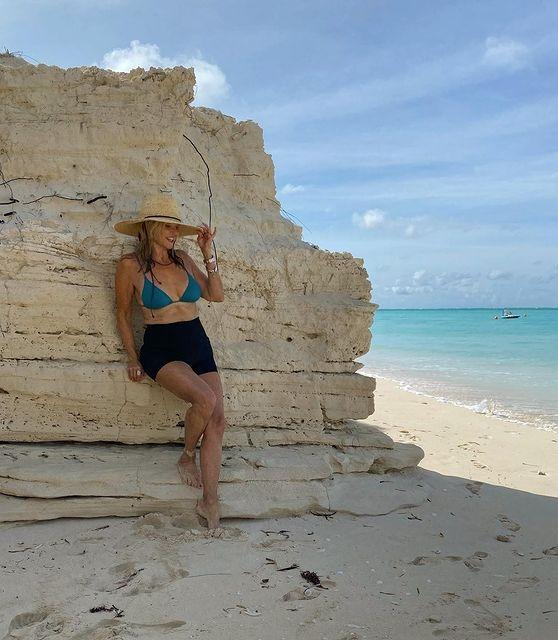 Người mẫu 66 tuổi Christie Brinkley khoe dáng với áo tắm xanh da trời sau hai tháng phẫu thuật khớp háng
