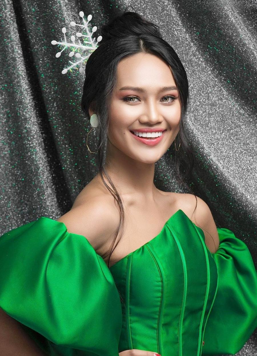 Trong cuộc thi Hoa hậu Hoàn vũ Myanmar, cô được đánh giá cao nhờ gương mặt đẹp, nụ cười rạng rỡ và khả năng ứng xử thông minh. Cô tốt nghiệp chuyên ngành Kinh tế, Đại học Yangon. Người đẹp thành thạo tiếng Anh, Trung và đang học thêm tiếng Hàn và Tây Ban Nha.