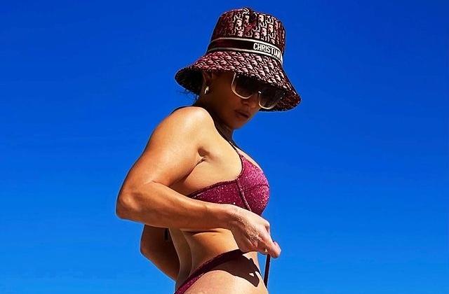 Trong kỳ nghỉ ở biển, nữ ca sĩ còn khoe vòng ba bốc lửa với quần siêu mảnh, kết hợp mũ xô của Dior tăng vẻ sành điệu. Ảnh: Instagram JLo.