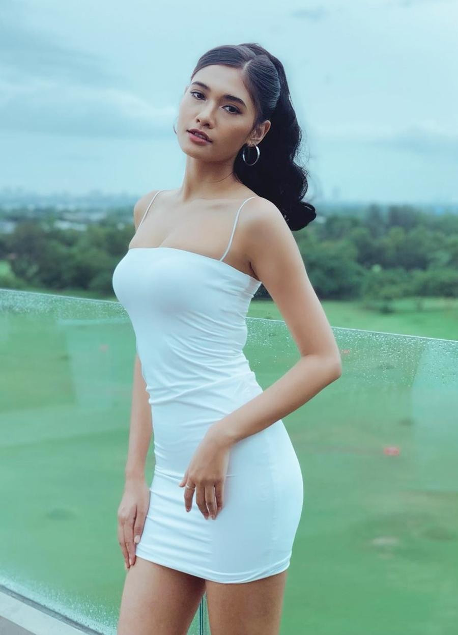 Cô chuộng phong cách trẻ trung, khoe hình thể. Người đẹp giữ dáng bằng chế độ ăn khoa học và tập gym, yoga.