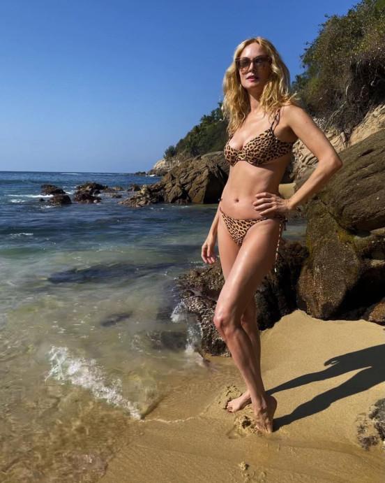 Từ Tết dương lịch tới nay, nhiều sao chọn đi biển, ra bể bơi thường xuyên, tận hưởng khoảng thời gian nghỉ ngơi.Heather Graham chia sẻ ảnh  hình bikini trước thềm sinh nhật lần thứ 51