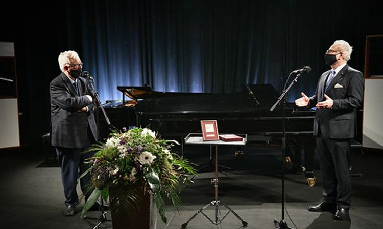 Tổng thống Egils Levits (phải) trực tiếp đến mừng sinh nhật tuổi 85 nhạc sĩ Raimonds Pauls. Ảnh: President.lv.