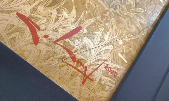 Bức Địa linh nhân kiệt của Nguyễn Quốc Huy bị xước sâu ở góc khi trưng bày tại Trung tâm Triển lãm Văn hóa nghệ thuật Việt Nam, Hoa Lư, Hà Nội. Ảnh: Nhân vật cung cấp.