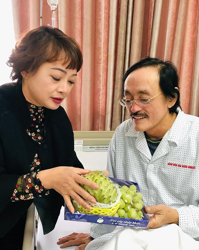 Nghệ sĩ Trà My mua na và nho - hai món Giang Còi thích ăn vào thăm anh. Ảnh: Nhân vật cung cấp.