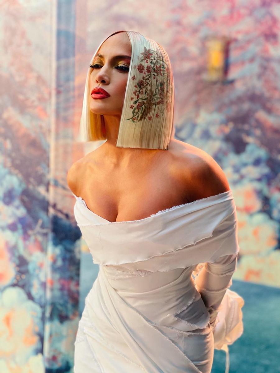 Jennifer Lopez diện váy của Marco Marco với mái tóc giả bạch kim in hoa. Ảnh: Jennifer Lopez.