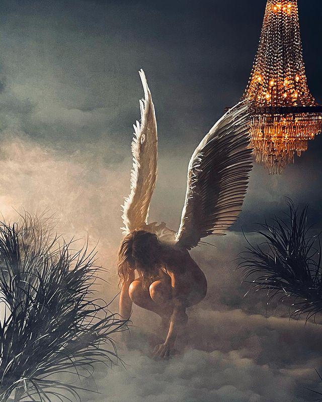 Jennifer Lopez đeo cánh thiên thần trong MV In the Morning. Ảnh: Instagram J.Lo.