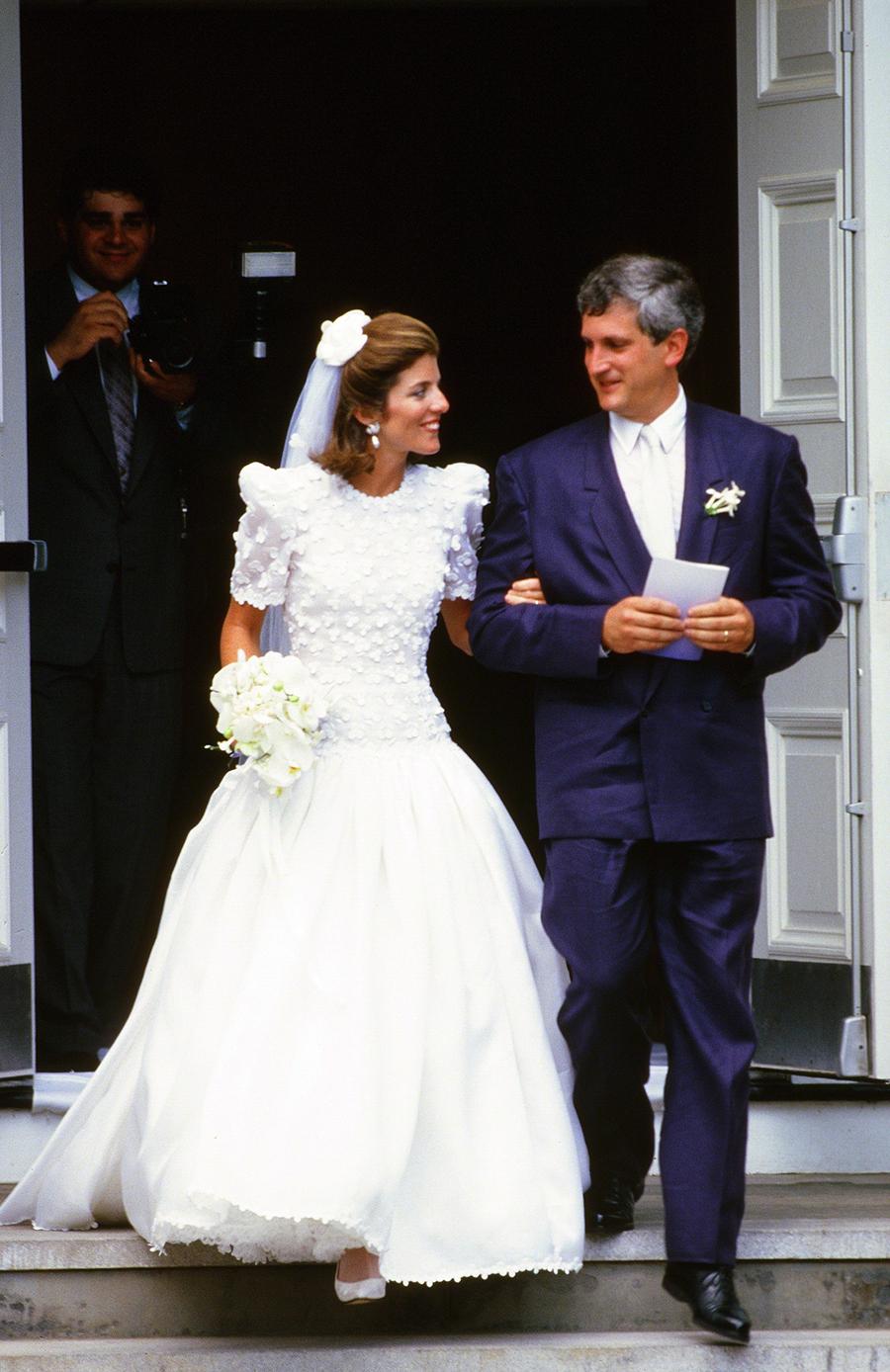 Caroline Kennedy mặc váy cưới do Carolina Herrera thiết kế năm 1986. Đây là một trong những thiết kế nổi tiếng nhất của bà. Ảnh: Images Press.