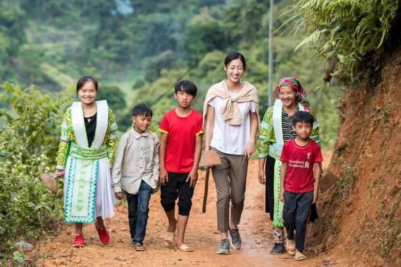 Lương Thùy Linh (thứ hai từ phải sang) thực hiện dự án Nhân ái tại Lũng Lìu thuộc Cao Bằng, quê hương cô.