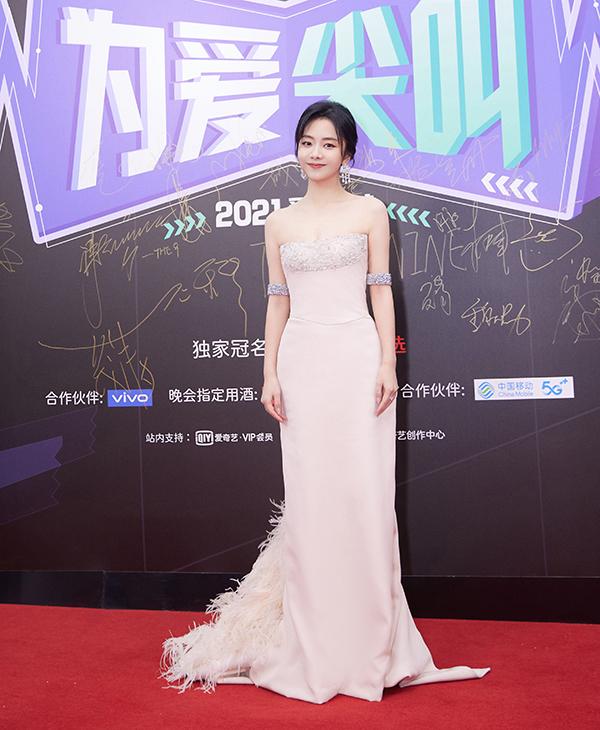 Đàm Tùng Vận chọn váy quây. Theo 163, khi MC hỏi Tùng Vận muốn nói gì với fan, cô đáp: Lạnh quá.