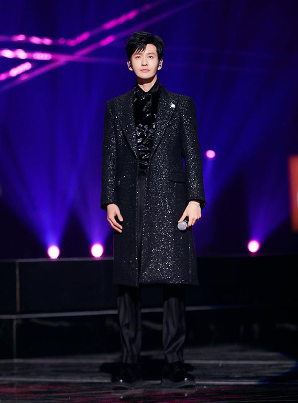 Hiểu Minh thay bộ đồ khác khi hát trong sự kiện.