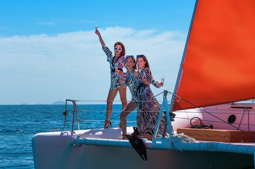 Ba người đẹp không xem đây là một nhiệm vụ, họ tận hưởng không khí mát mẻ khi chụp ảnh trên biển với âm nhạc và rượu vang, bên cạnh là các chị em thân thiết.