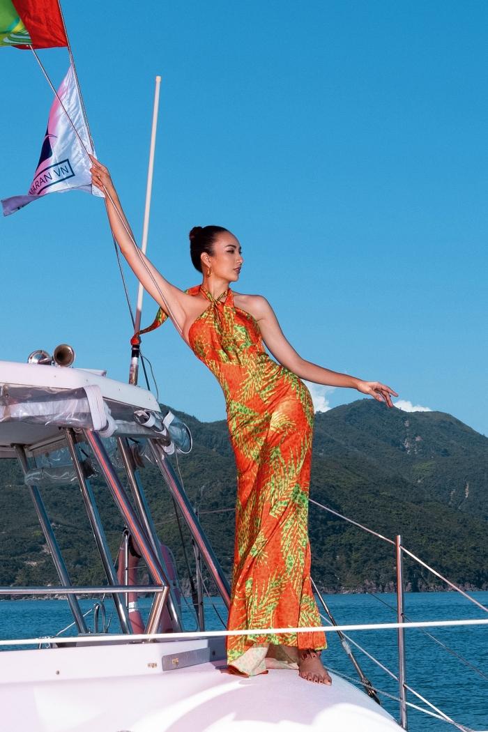 Hoa hậu Ngọc Diễm - đội Quai Thao - khoe đường cong với váy cổ yếm họa tiết nhiệt đới.