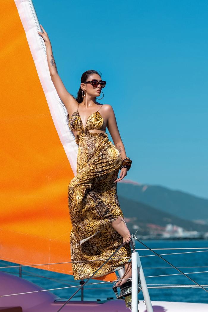 Võ Hoàng Yến có lợi thế nhất trong số các người đẹp nhờ nhiều kinh nghiệm trình diễn, chụp ảnh thời trang cao cấp. Cô hoàn thành nhiệm vụ nhanh chóng, còn dành thời gian để làm stylist và cổ vũ cho đàn em.