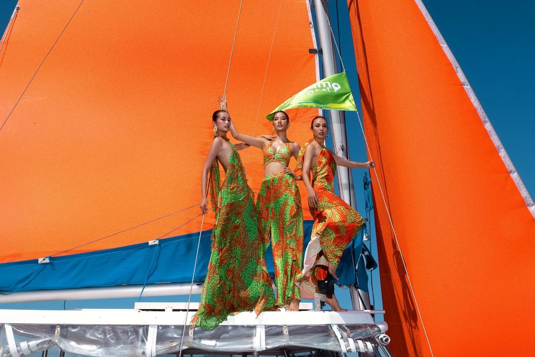Hoàng Thùy, Ngọc Diễm và Ngọc Châu (trái) tạo dáng trên boong tàu.