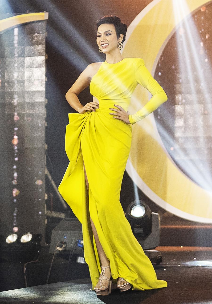 Giám khảo Đàm Vĩnh Hưng khen Cadie Huỳnh Anh chọn trang phục hiện đại, hợp thẩm mỹ. Trong khi Võ Hoàng Yến khen cô sải bước như người mẫu.