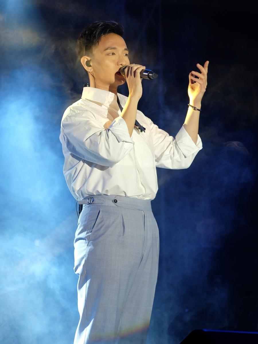 Hoàng Dũng sinh năm 1995, được khán giả chú ý khi đoạt Á quân cuộc thi The Voice 2015. Ngoài hát, anh còn được khán giả yêu thích ở khả năng sáng tác. Ảnh: Xuân Bách.