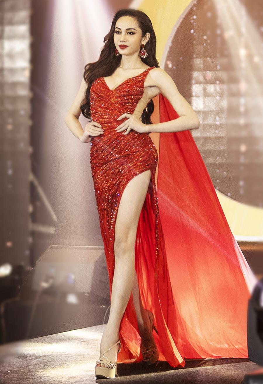 Giám khảo Oanh Lê, Cindy Thái Tài khen Lương Mỹ Kỳ xuất sắc ở cả trang phục lẫn thần thái trình diễn. Cô sinh năm 1999, cao 1,72 m, nặng 53 kg, số đo ba vòng 90-60-90 cm.