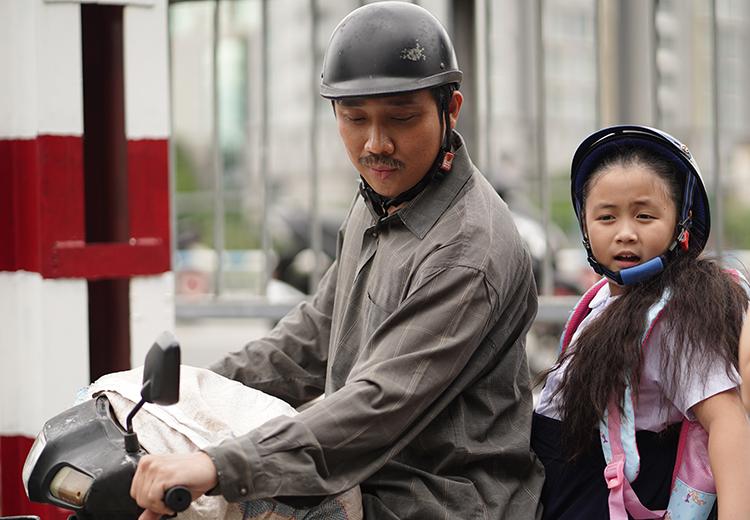 Trấn Thành đóng chính bên bé Ngân Chi - vai con gái - trong Bố già. Ảnh: Thanh Huyền.