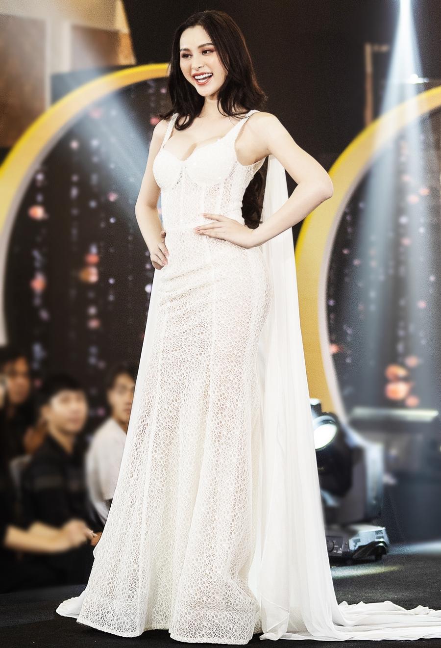 Tường Vi được nhà thiết kế Adrian Anh Tuấn khen chọn trang phục thông minh, tôn hình thể. Cô năm nay 23 tuổi, quê Đăk Nông. Cô cao 1,66 m, số đo 83-60-92 cm. Cô được ban giám khảo, nhiều khán giả khen đẹp nhất cuộc thi năm nay.