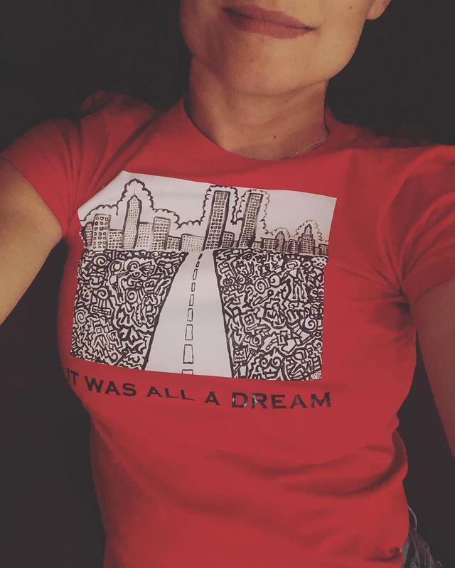 Katie Holmes diện áo phông do người tình thiết kế. Ảnh: Instagram Katie Holmes.