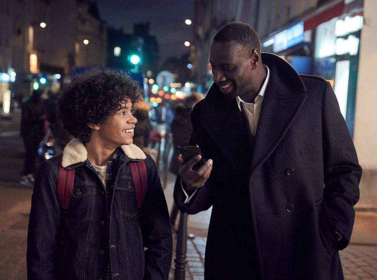 Diễn xuất của Omar Sy (phải) được đánh giá cao. Ảnh: Netflix.
