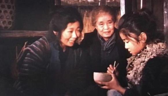 Bà Oji Michio (giữa) trong phim Oshin. Ảnh: NHK.