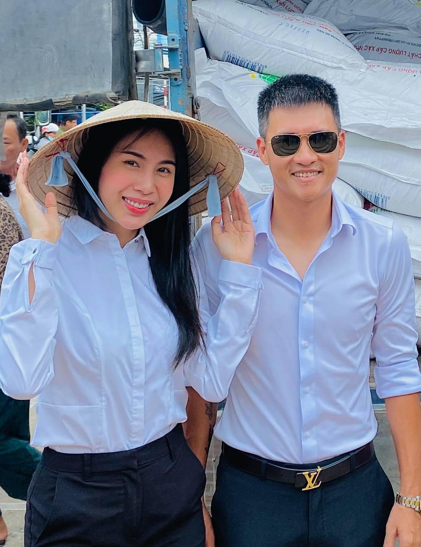 Vợ chồng Thủy Tiên song hành trong nhiều chuyến từ thiện. Ảnh: Facebook Thủy Tiên.