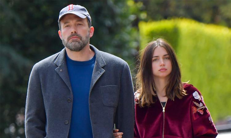 Ben Affleck (trái) và Ana de Armas chia tay sau một năm hẹn hò. Ảnh: Splashnews.