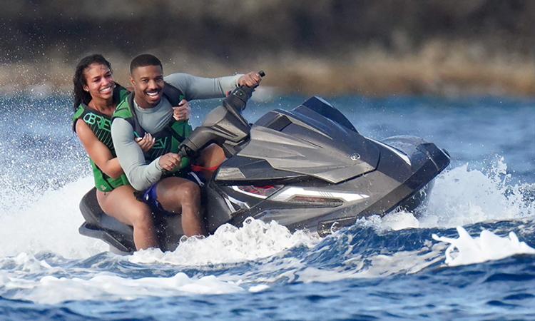 Hai người dành cả buổi bơi lội, lái môtô nước và lướt ván.