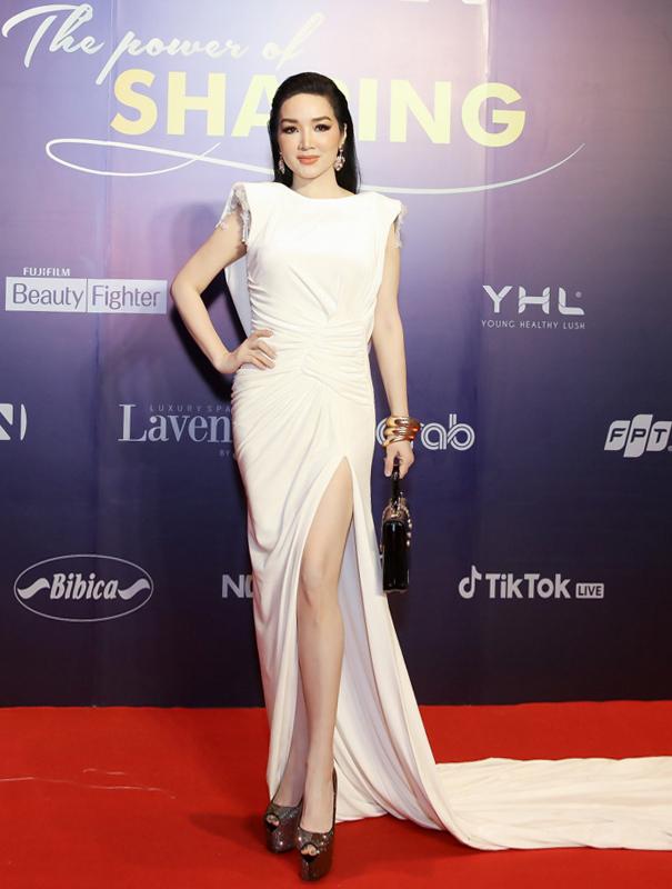 Hoa hậu Giáng My chọn váy độn vai.
