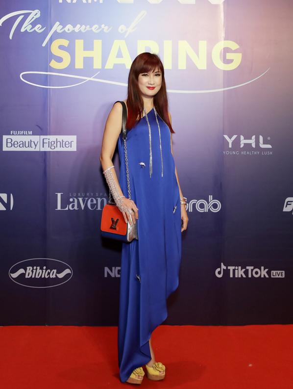 Diễn viên Hiền Mai diện đầm lụa tối giản, phối túi Louis Vuitton.