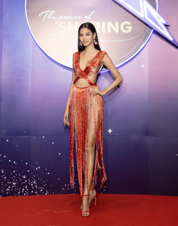 Hoàng Thùy diện váy tua rua xẻ ngực của nhà thiết kế Trần Hùng.