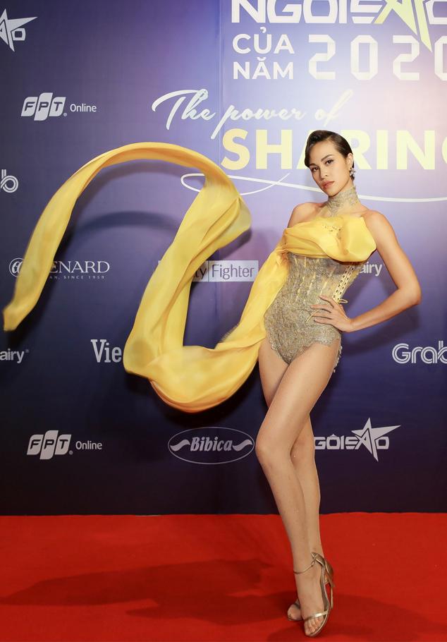 Người mẫu Phương Mai khoe chân với bodysuit