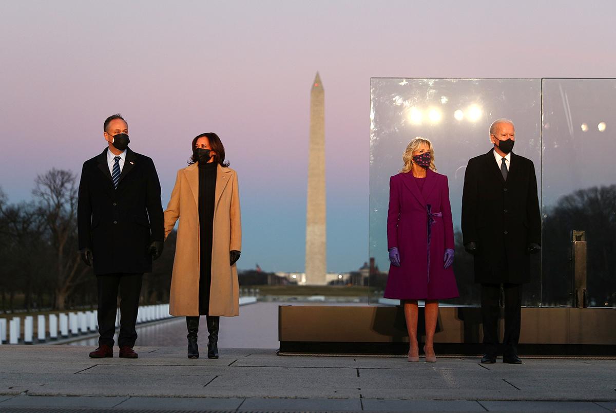 Bà Jill Biden diện áo tím, Kamala Harris diện áo vàng lạc đà.