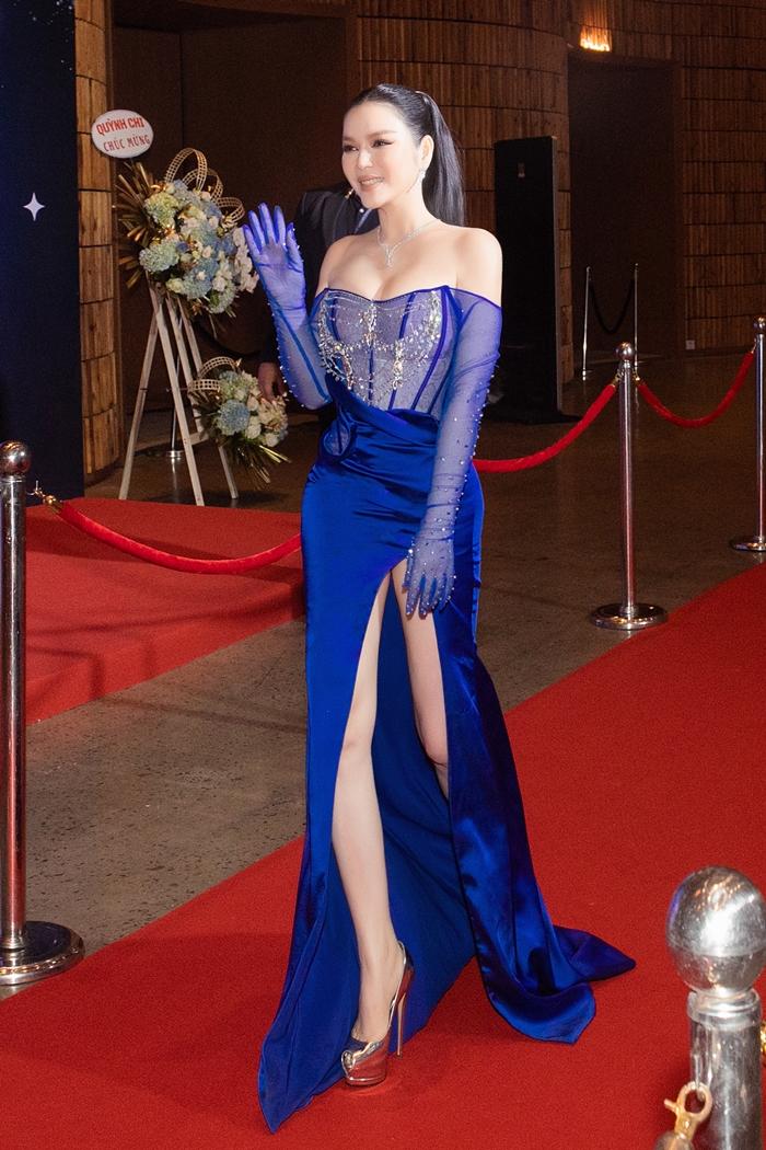 Lý Nhã Kỳ là một trong số người đẹp tới sự kiện Ngôi Sao của năm do báo Ngoisao.net tổ chức. Cô diện đầm xanh navy với phần thân trên dáng corset tôn vòng một, thắt eo, phần dưới xẻ đùi cao.