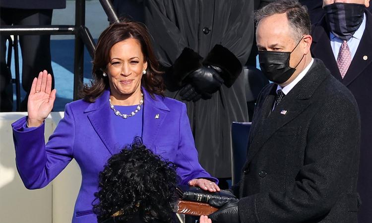 Oprah Winfrey xúc động trước hình ảnh Kamela Harris trong lễ nhậm chức. Ảnh: Oprah Winfrey Twitter.