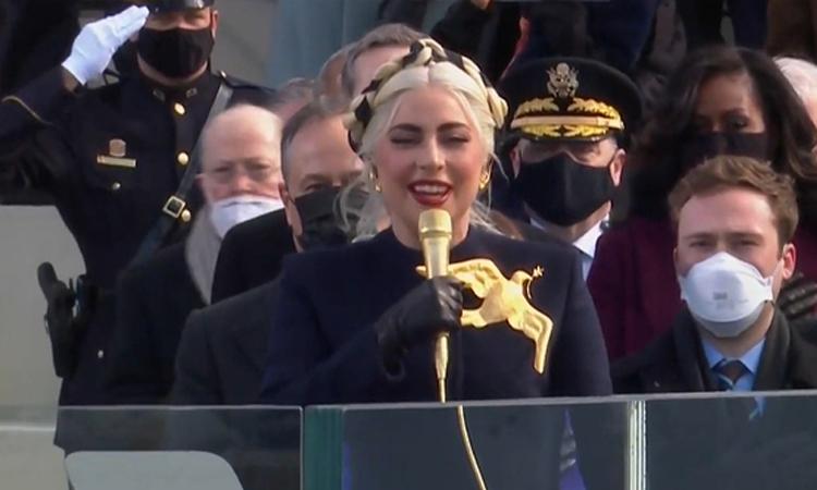 Lady Gaga đeo huy hiệu chim bồ câu khi hát quốc ca Mỹ. Ảnh: CNN.