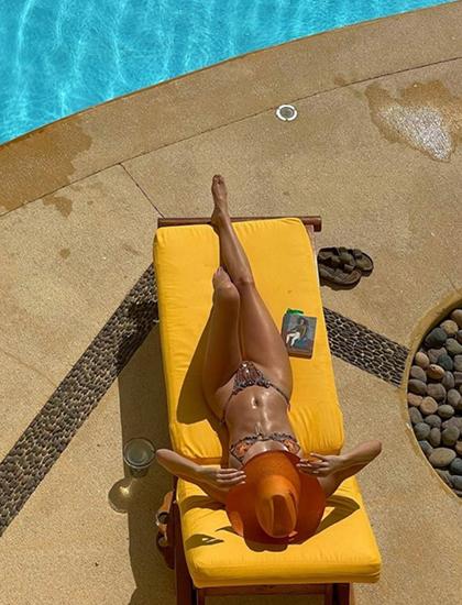 Cùng với đó, siêu mẫu đăng bức ảnh đang tắm nắng bên bể bơi trong khu nghỉ dưỡng. Cô viết trên Instagram: Một ngày mới! Một ngày tuyệt vời. Dòng trạng thái được đăng ngay sau lễ nhậm chức của tổng thống Joe Biden.