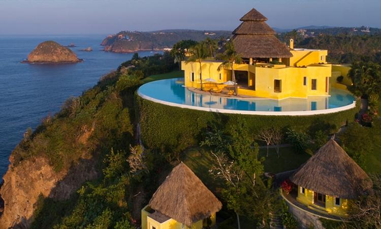 Theo TMZ, khu nghỉ dưỡng Ocean Castle Sol de Oriente nằm trên một ngọn núi cao bậc nhất vùng biển Costa Careyes. Chị em nhà Kylie Jenner thuê trọn khu nhà lớn với sức chứa hơn 12 khách, giá khoảng 6.500 USD (khoảng 150 triệu đồng) mỗi đêm.