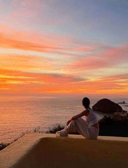 Chị gái Kendall Jenner cũng chia sẻ hình ảnh ngắm hoàng hôn bên bờ biển Costa Careyes trên trang cá nhân.