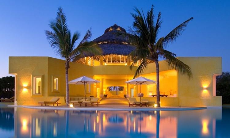 Bên trong khu nhà được trang bị đầy đủ tiện nghi cùng một bể bơi vô cực, nhìn toàn cảnh dọc bờ biển.