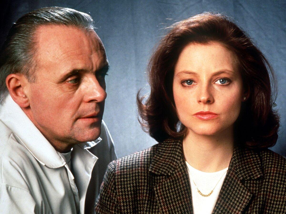 Anthony Hopkins (trái) diễn cùng Jodie Foster trong Silence of the Lamb. Nam diễn viên sinh năm 1937 tại Glamorgan, xứ Wales, khởi nghiệp là một nghệ sĩ sân khấu. Đến thập niên 70, ông diễn trong nhiều phim truyền hình của mình, rồi trở nên nổi tiếng với vai Hannibal Lecter. Ảnh:
