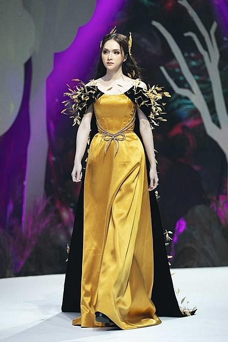 Sau khi làm vedette tại Vietnam Junior Fashion Week tối 30/10 năm ngoái, Hương Giang hạn chế xuất hiện một thời gian vì bị anti-fan tẩy chay. Ảnh: Kiếng Cận.