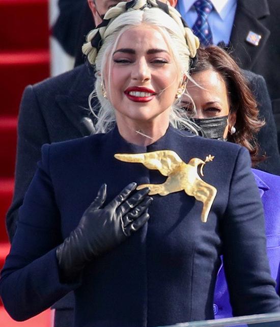 Lady Gaga trong lễ nhậm chức của Joe Biden. Ảnh: Glamour.