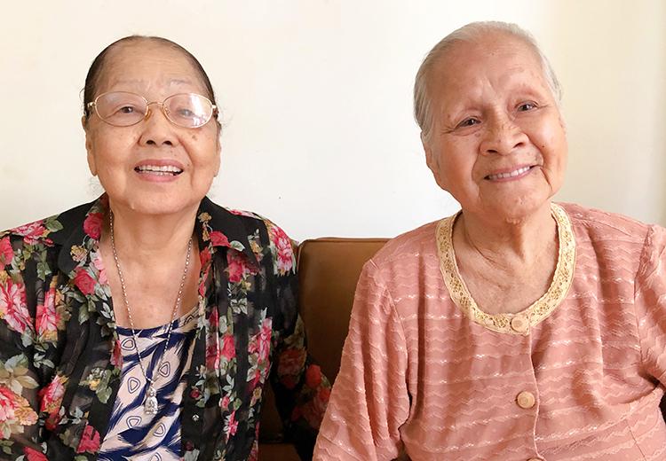 Nghệ sĩ Ngọc Đáng (phải) là người lớn tuổi nhất Viện dưỡng lão bên nghệ sĩ Lệ Thẩm.