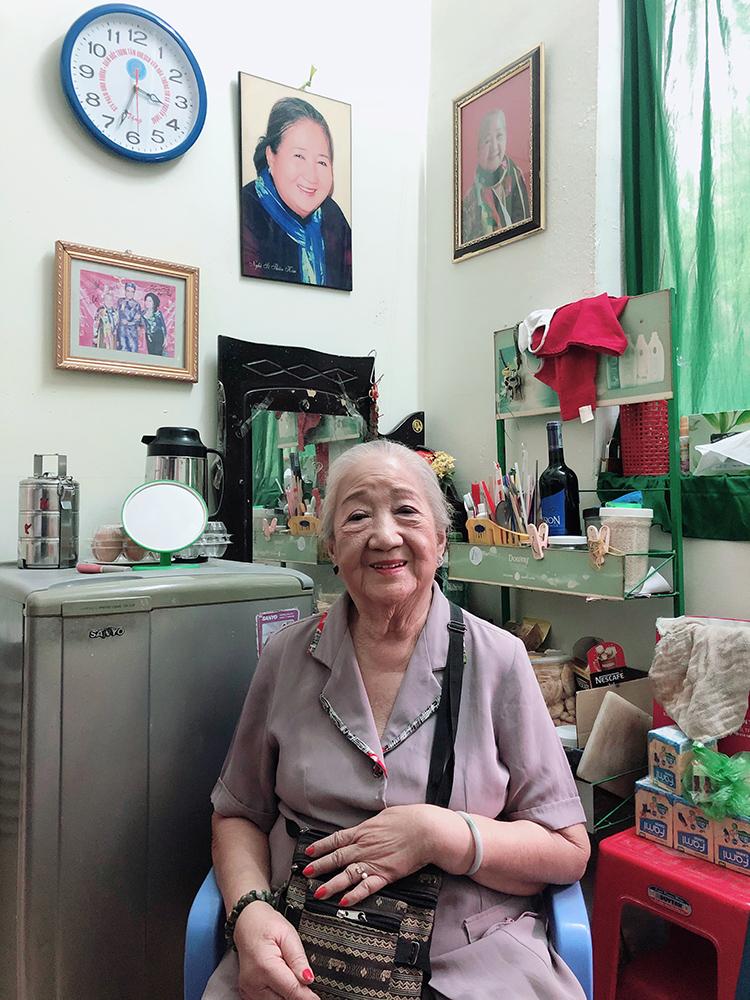 Nghệ sĩ Thiên Kim trong căn phòng bà sống 20 năm qua ở Viện dưỡng lão. Ảnh: Mai Nhật.