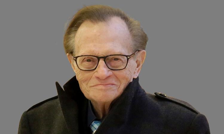 Nhắc đến Larry King, người hâm mộ nhớ hình ảnh người đàn ông vóc dáng nhỏ thó, đeo kính cận có lối ăn nói hài hước, duyên dáng trên truyền hình. Ảnh: AP.