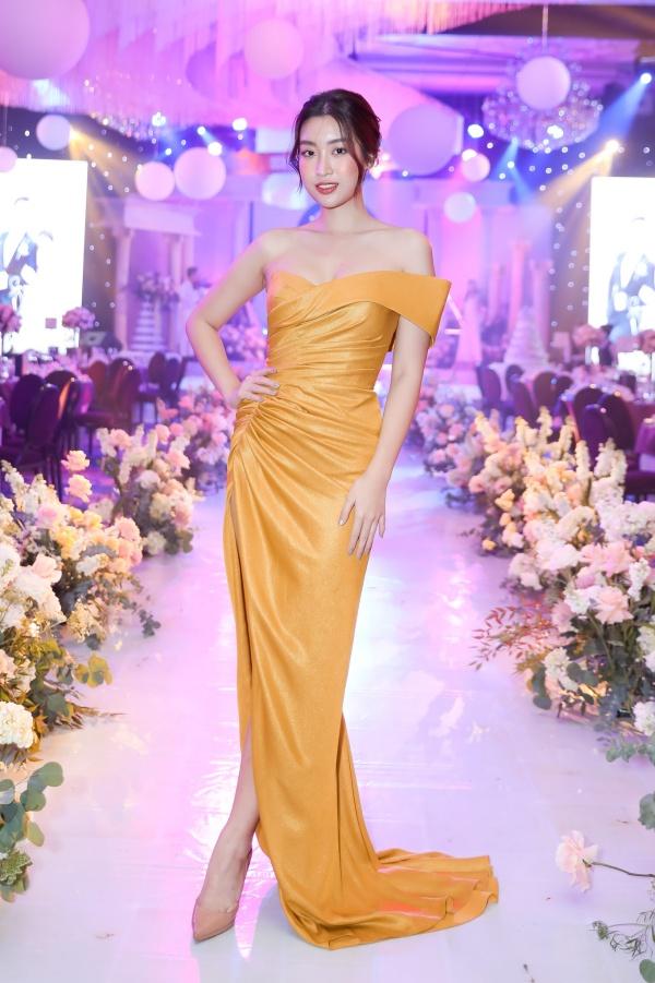 Hoa hậu Đỗ Mỹ Linh diện dạ hội tôn vòng một. Trước đó, cô khi đi đưa dâu bằng xuồng. Sinh ra ở Hà Nội, Á hậu Phương Nga thích thú vì lần đầu trải nghiệm không khí ăn cưới miền T