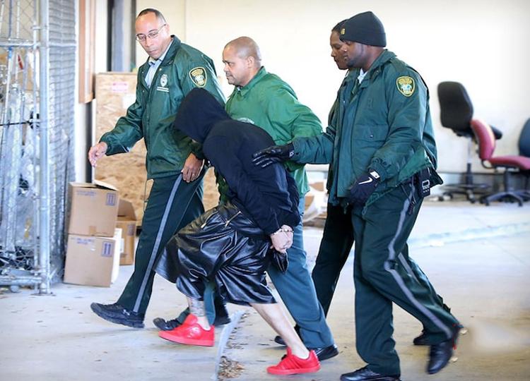 Justin Bieber (giày đỏ) bị cảnh sát Miami bắt năm 2014. Ảnh: Justin Bieber Instagram.